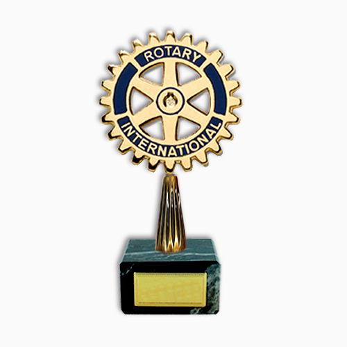 Fabricante de trofeos personalizados en metal y resina en relieve colores plata, oro y bronce.